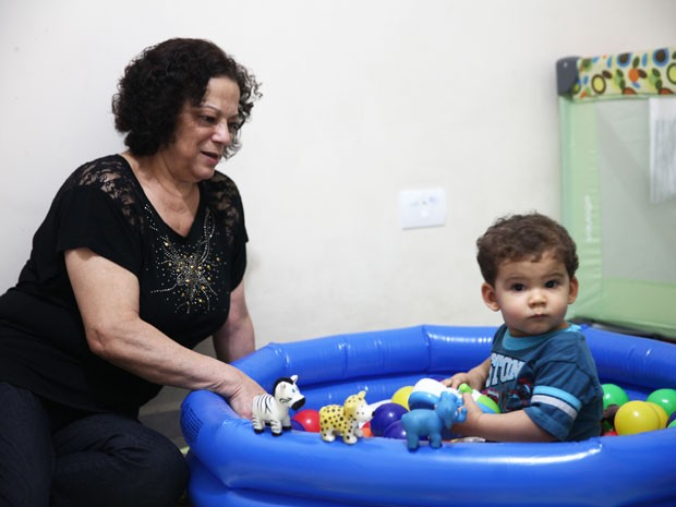 Miguel tem um quarto cheio de brinquedos na casa da avó Sonia (Foto: Glauco Araújo/G1)