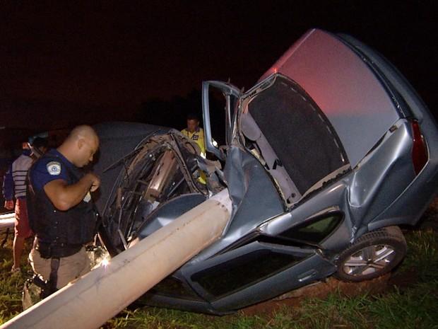 Carro bateu em poste que, em seguida, caiu sobre o veículo em Luziânia Goiás (Foto: Reprodução/TV Anhanguera)