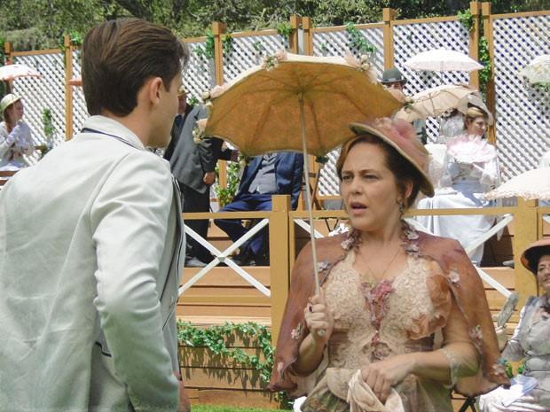 Celinha não acredita no que ouve (Foto: Lado a Lado / TV Globo)