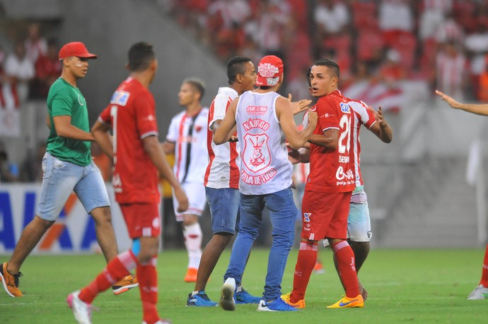 Invasão torcedores Náutico x Oeste (Foto: Aldo Carneiro / Pernambuco Press)
