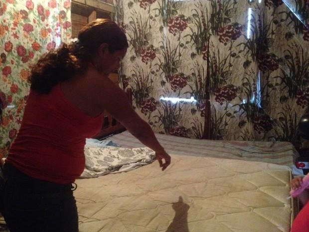Avó, Rayana de Sousa Sanches, mostra onde o parto do bebê aconteceu (Foto: Dyepeson Martins/G1)