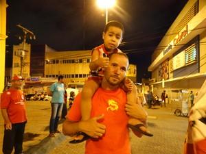 Gilvan levou o filho, Aquiles, para a mobilização (Foto: Joalline Nascimento/ G1)
