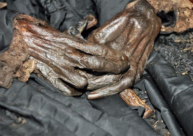 Detalhe das mãos de D. Amélia segurando um crucifixo (Foto: Divulgação/Valter Diogo Muniz)