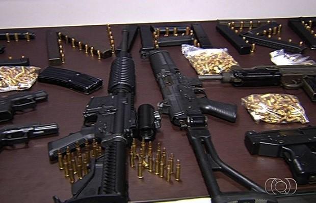 Quadrilha presa em Goiânia tinha carros de luxo e 14 armas de grosso calibre em Goiás (Foto: Reprodução/TV Anhanguera)