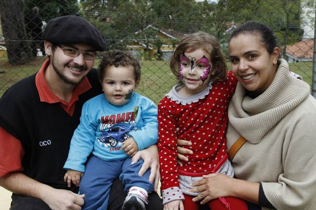 Família de Pedro Henrique e Karine curtiram a feira (Foto: Euricles Macedo/RPC TV)