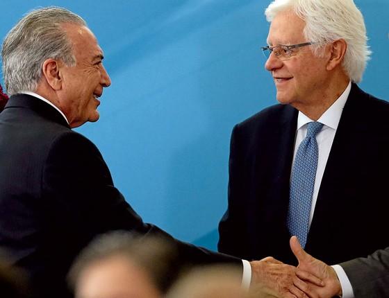 O presidente Michel Temer cumprimenta Moreira Franco. (Foto:  Jorge William/Agência O Globo)