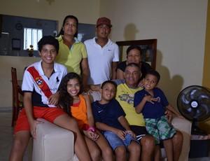 Edmilson Santos em família (Foto: João Áquila / GLOBOESPORTE.COM)