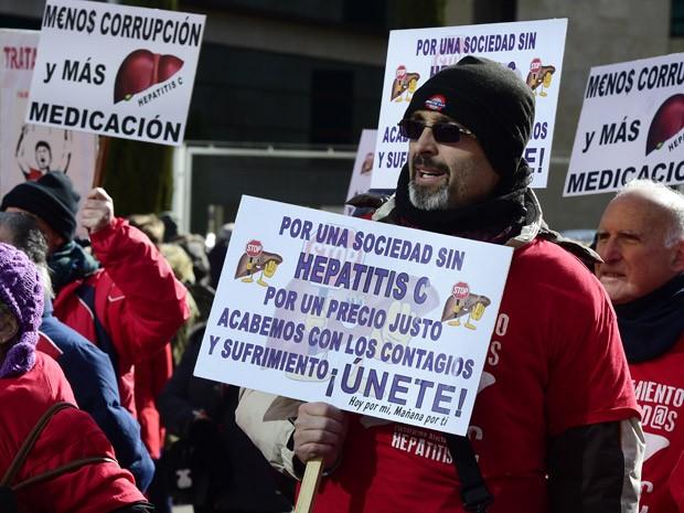 Pessoas protestam em frente à sede do laboratório Gilead em Madri, em 5 de fevereiro, contra o alto preço das drogas contra hepatite C (Foto: AFP Photo / Javier Soriano)