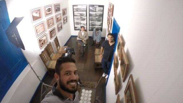 Rafael Quintão (abaixo), Tomás Baggio (direita) e Guilherme Guaral durante as gravações (Foto: Inter TV RJ)