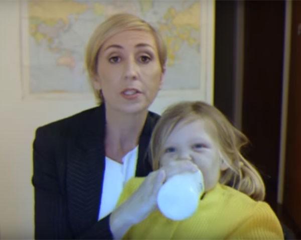 Como uma mãe reagiria no lugar do correspondente da BBC? (Foto: Reprodução Youtube)