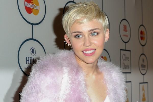 Hoje Miley Cyrus parece não ter medo de nada, mas cresceu com o bullying de garotas bem maiores e mais fortes que ela. A cantora descreveu em seu livro como foi ser trancada no banheiro da escola e desafiada para uma briga (Foto: Getty Images)