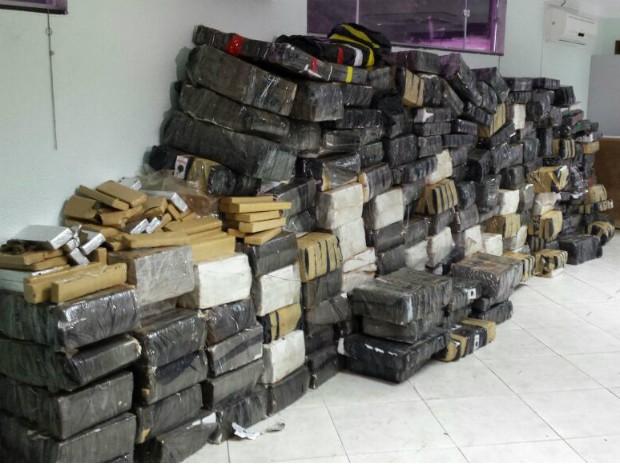 As quase 4 toneladas de maconha e as armas estavam sendo transportadas por um caminhão-tanque (Foto: Argeu Almeida / RPC)
