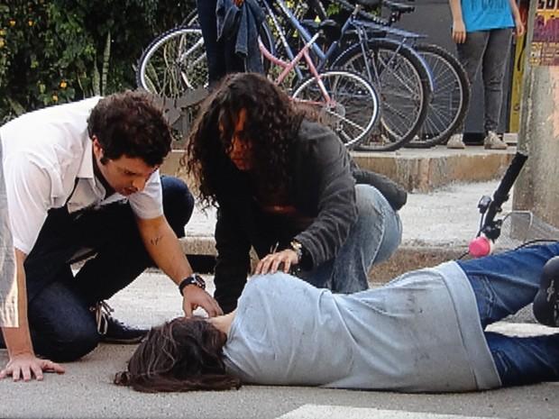 Júlia e Omar tentam ajudar a garota. #SOS Micaela