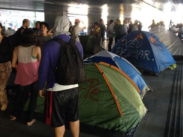 Manifestantes ocupam hall da prefeitura do Recife (Foto: Vitor Tavares / G1)