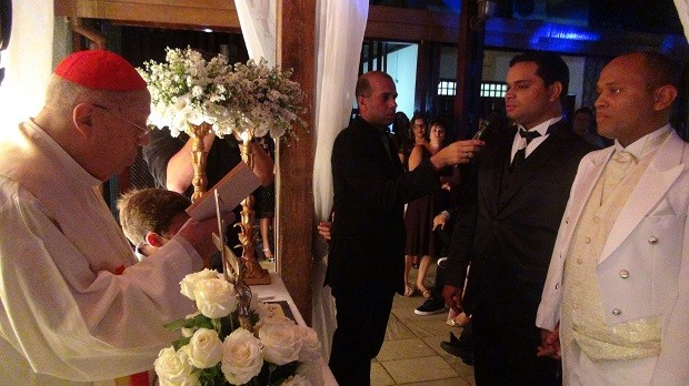 Bispo celebra casamento homoafetivo em Maceió (Foto: Micaelle Morais / G1)