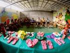 Presos fabricam sandálias decoradas em penitenciária do Pará