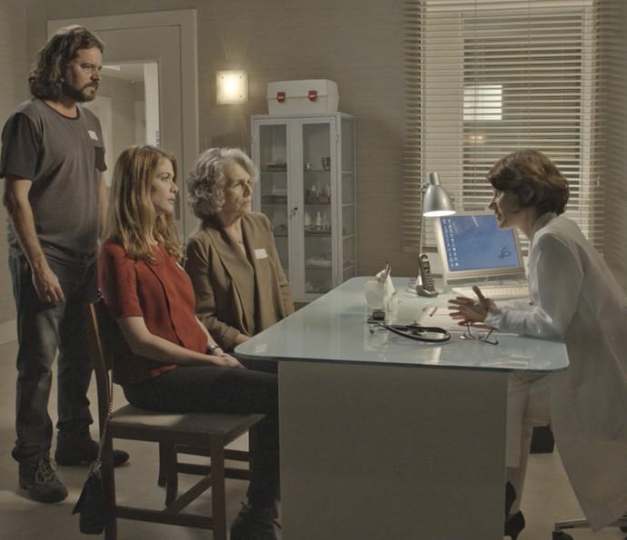 A doutora revela a real situação de Emília para Lívia, Vitória e Bernardo (Foto: TV Globo)