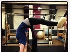 Hilary Duff mostra elasticidade durante aula de pilates