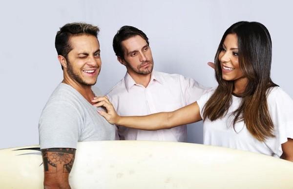 """O ator com a namorada e Carlos Verahnnay, que também dirige a peça: """" (Foto: Helmut Hossmann)"""