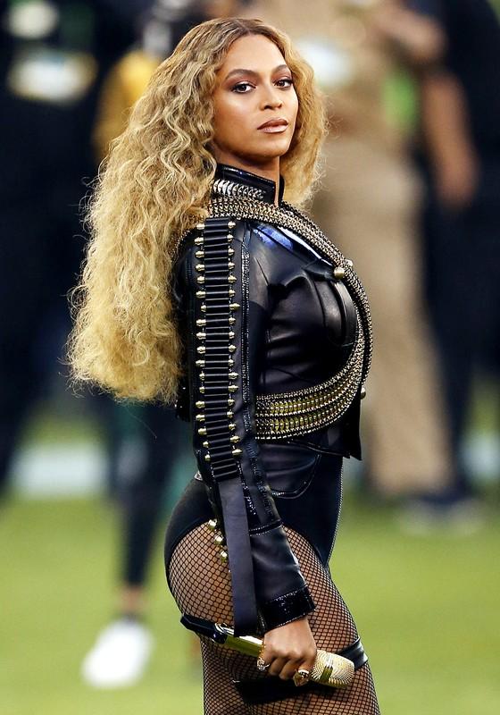 Beyonce durante apresentação no  Super Bowl 50 Halftime Show no Estádio de Levi (Foto:  Ezra Shaw/Getty Images)