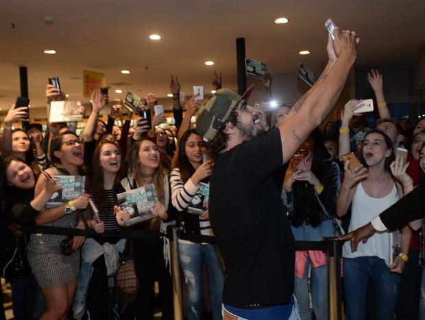 Caio Castro é agarrado por fãs (Foto: Francisco Cepeda/AgNews)