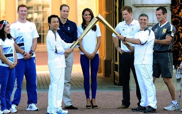 Principe e Catherine com a tocha olímpica em Londres (Foto: Reuters)
