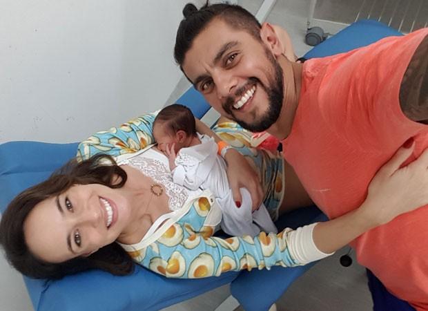 Naiumi Goldoni com o marido, o personal trainer André Moreira, e a filha recém-nascida, Maelle (Foto: Arquivo pessoal)
