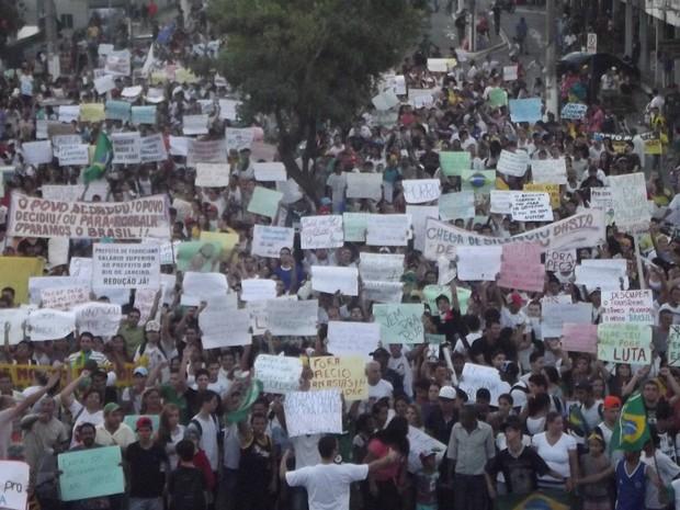 Cerca de 3 mil pessoas foram as ruas de Coronel Fabriciano, Leste de Minas Gerais (Foto: Patrícia Belo / G1)