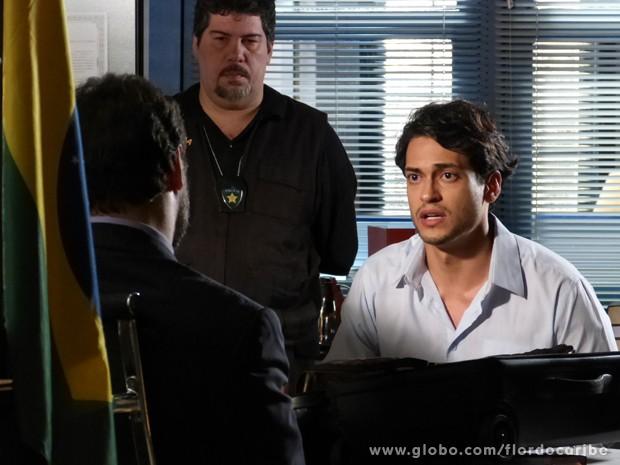 Sem saída, Hélio acaba admitindo que recebeu dinheiro de Dionísio (Foto: Flor do Caribe/TV Globo)