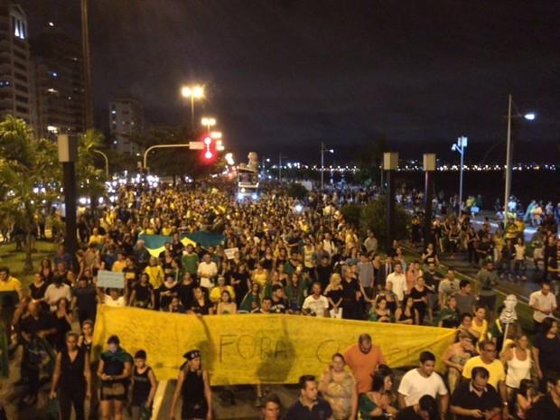 Manifestantes caminham pela Beira-Mar Norte em Florianópolis (Foto: Larissa Vier/RBS TV)