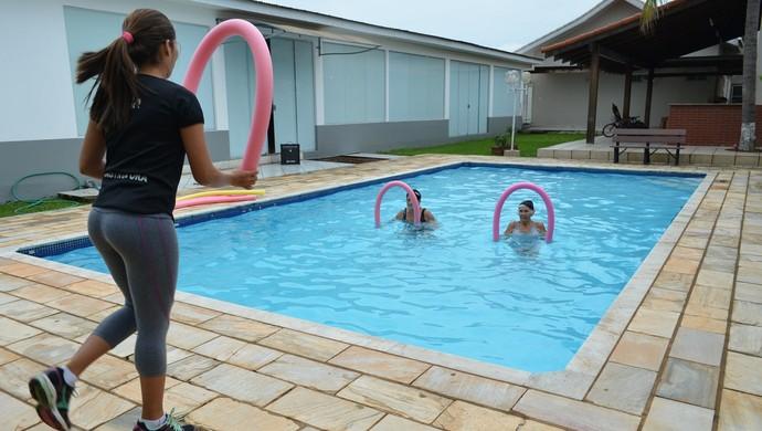 Idosas praticam hidroginástica em Ariquemes, RO (Foto: Franciele do Vale)