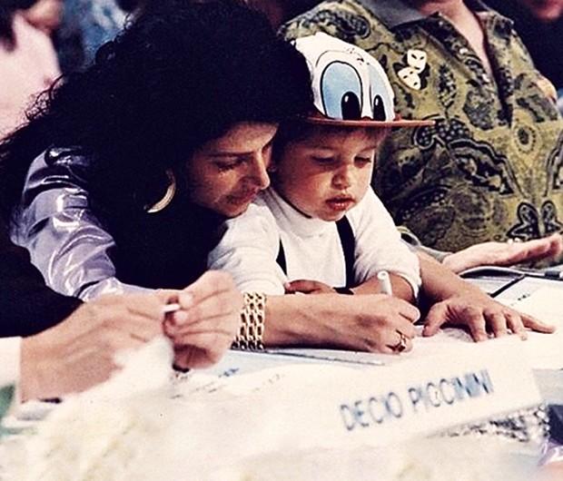 Ainda criança, Diego posa com a mãe, Sônia Lima (Foto: Arquivo pessoal)