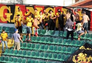 Figueirense x Sport briga entre torcedores do Sport (Foto: Renan Koerich)