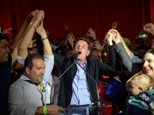 Marcelo Crivella (PRB), prefeito eleito do Rio de Janeiro com 59,36% dos votos válidos, comemora após a vitória sobre Marcelo Freixo (PSOL) (Foto: Fernando Frazão/Agência Brasil)