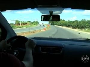 Bebida alcoólica é vendida livremente nas margens das rodovias (Foto: Reprodução/TV TEM)