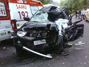 Condutor da caminhonete não resistiu a choque com caminhão em Farroupilha, RS (Foto: Divulgação/Comando Rodoviário da BM)