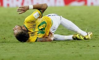 Neymar se machuca durante jogo contra a Colômbia (Foto: Reuters)
