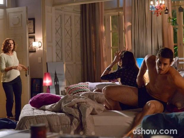 Branca entra no quarto de Giselle e pega Murilo praticamente sem roupa (Foto: Raphael Dias/TV Globo)