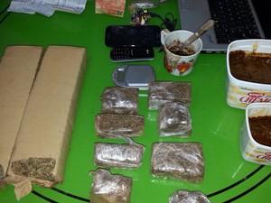 Maconha e substância análoga ao crack foram apreendidos pela polícia (Foto: Divulgação/Polícia Civil)