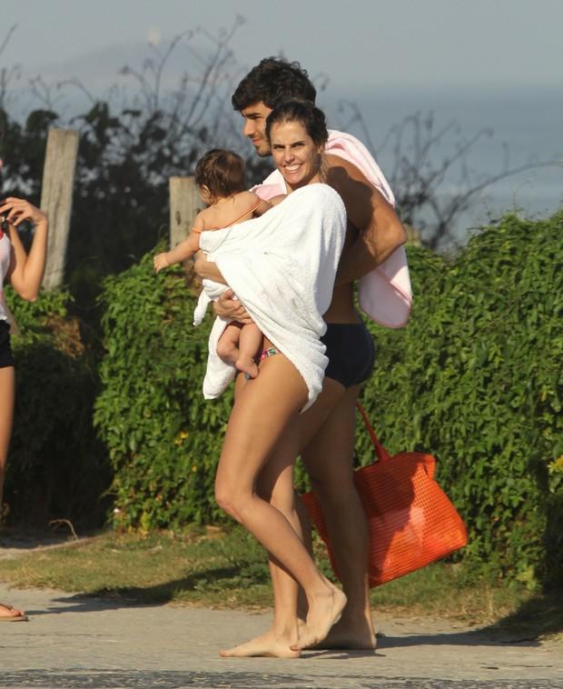 Deborah Secco e Hugo Moura com a filha, Maria Flor (Foto: AgNews)