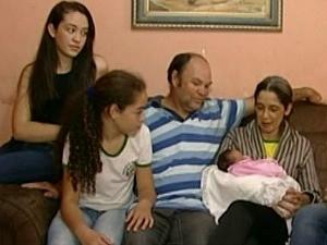 Família ficou surpresa com a chegada do bebê no Espírito Santo (Foto: Reprodução/TV Gazeta)