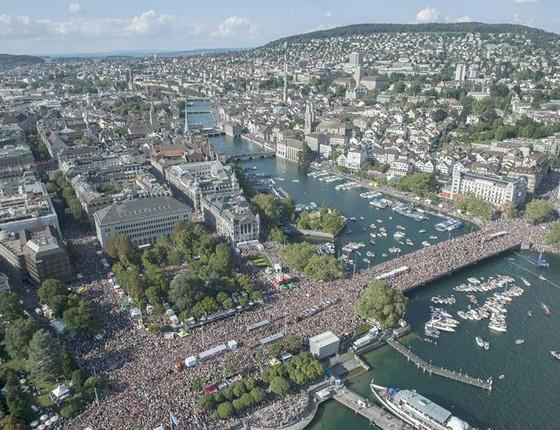 """Milhares de pessoas lotas as ruas de Zurique, capital da Suíça, durante a parada anual  'Dance for Freedom!""""  (Foto: EFE/EPA/GIAN EHRENZELLER)"""