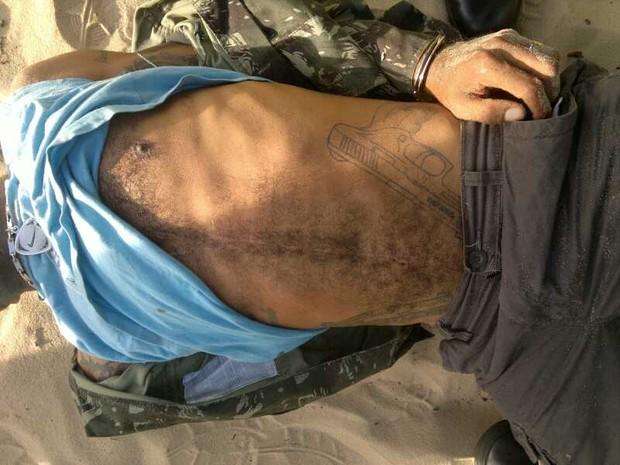 Imagem mostra revólver que traficante tem tatuado no abdômen (Foto: Divulgação/Polícia Militar do RN)