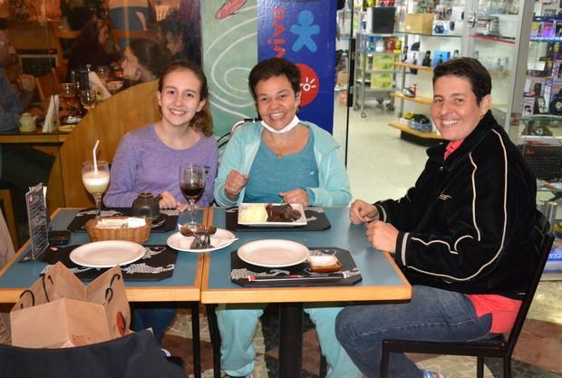 Claudia Rodrigues ao lado da filha e da empresária (Foto: Webert Belicio / Ag News)