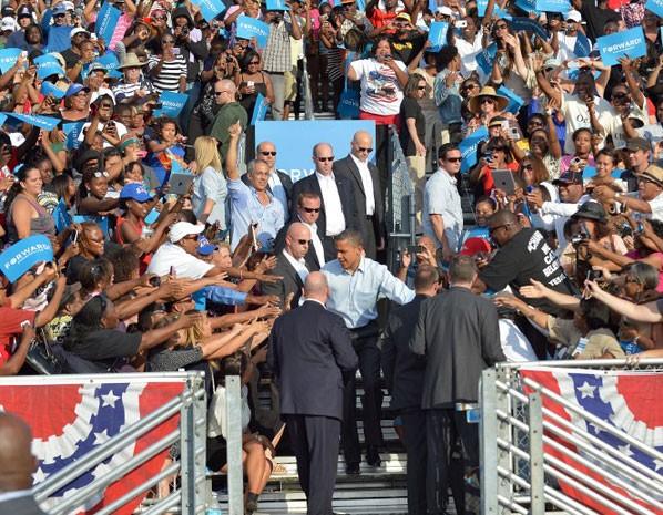 Presidente Barack Obama cumprimenta apoiadores na chegada ao comício em escola em Hollywood, na Flórida, neste domingo (4). (Foto: Jewel Samad/AFP)