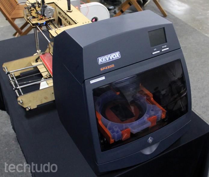 Primeira impressora portátil de joias, a KevVox SP4300 usa ouro e prata (Foto: Renato Bazan/TechTudo)