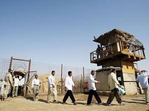 Prisioneiros deixam a prisão de Abu Ghraib em junho de 2006 (Foto: AFP)