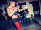 Estilo Justin Bieber: astro teen faz questão de exibir suas cuecas nas ruas ou nos palcos
