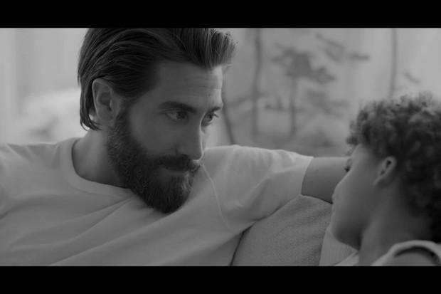 Jake Gyllenhaal faz um pai de família de respeito em campanha da Eternity Calvin Klein (Foto: reprodução)