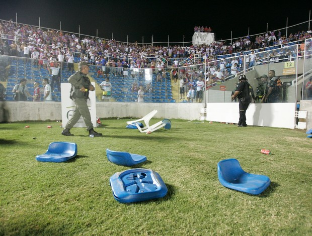 Cadeiras arremessadas no gramado do PV após eleiminação do Fortaleza para Oeste (Foto: Alex Costa/Agência Diário)